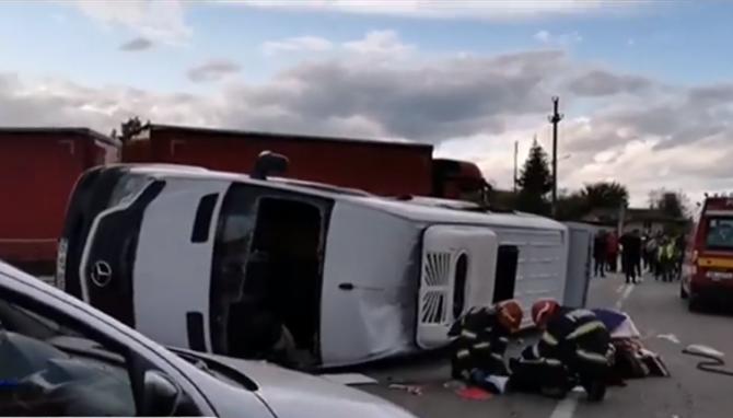 В Румынии микроавтобус, перевозивший детей в школу, перевернулся: Два человека погибли, девять — получили ранения | VIDEO